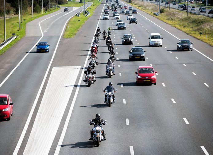Motoren rijden in groepjes op de A12 op en neer tussen Utrecht en Den Haag uit protest dat er steeds meer dijkwegen worden gesloten voor motoren.