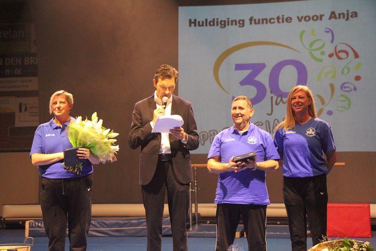 Drie van de gehuldigde leden samen op het podium: Anja De Borger, Marcel Van Camp en Sandra Van Opstal werden gevierd voor hun 30, 15 en 25 jaar functie binnen KWTV.