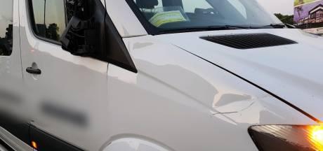 Fietsster aangereden door taxibusje in Hengelo