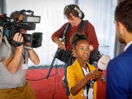 Rómeycia (9) interviewt de koningin voor jeugdjournaal televisiereportage