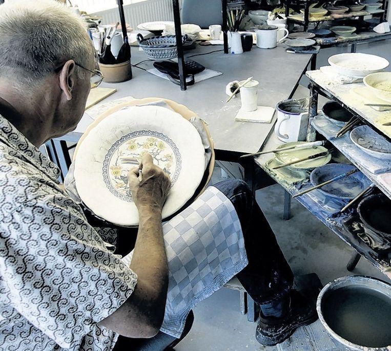 Het traditionele aardewerk wordt nog steeds met de hand beschilderd. © ANP Beeld