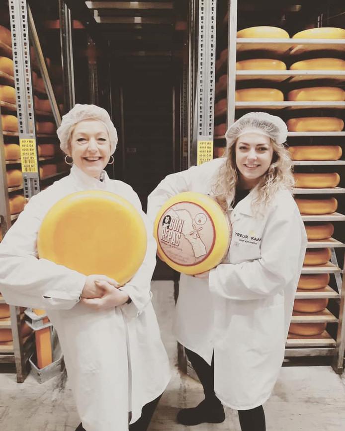 Esmee Beumkes (rechts) en moeder Ivonne keuren in Woerden alvast speciale kazen voor in hun delicatessenwinkel.