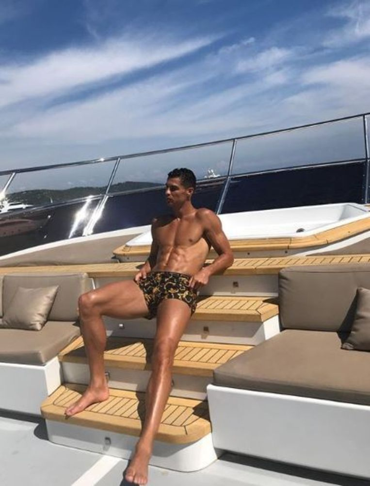 Terwijl zijn ploegmaats van Portugal vanavond tegen Italië spelen in de Nations League, pakt Ronaldo na enkele trainingen bij Juventus wat rust. Op een boot voor de kust van Monaco geniet hij van de zon.