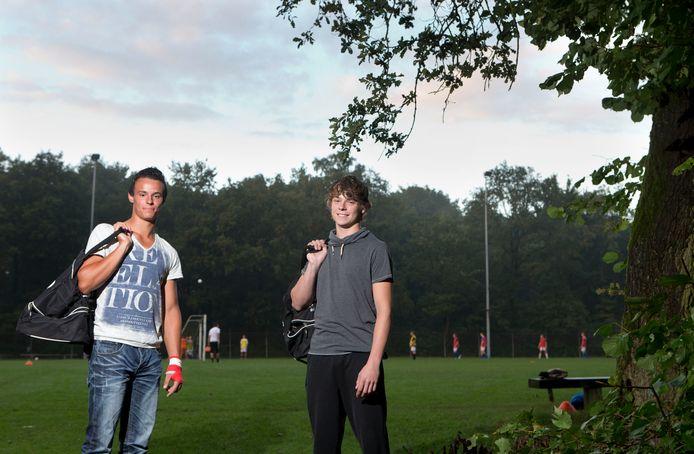 De Otterlose voetbalbroers Jordi (links) en Kevin Hazeleger poseerden in 2013 op de velden van complex Onderlangs.