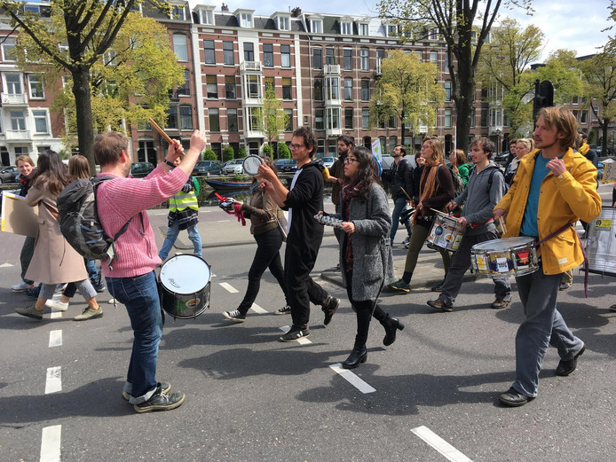 Er worden veel leuzen geroepen. Deze demonstranten: 'Nederland fossielvrij!'