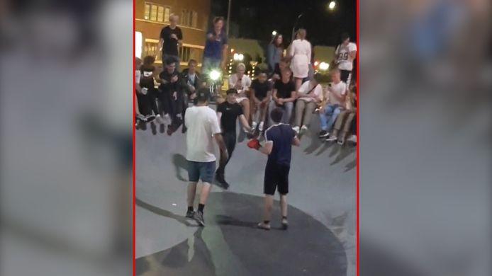 Twee boksers nemen het tegen elkaar op bij het skatepark in Hengelo. Een scheidsrechter kijkt, samen met ruim 150 toeschouwers, toe.