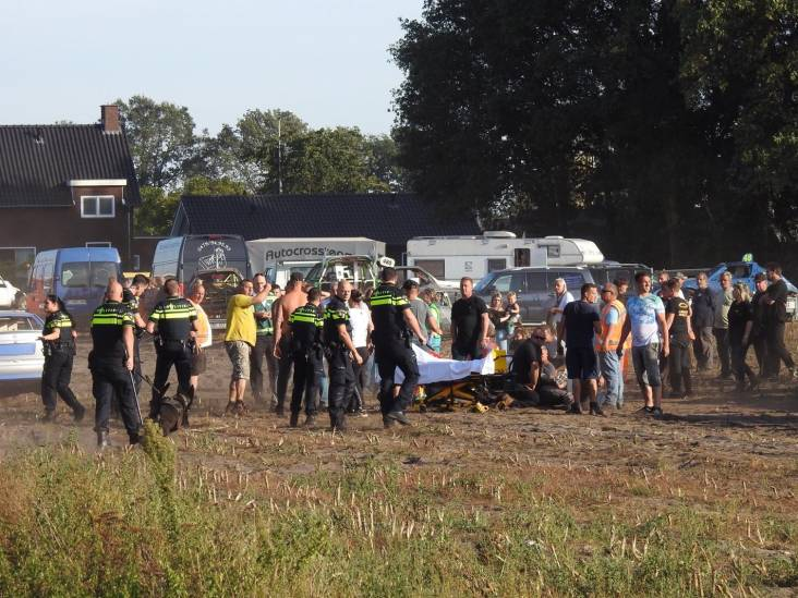 Auto rijdt publiek in bij prijsuitreiking Autocross Leende, vier gewonden
