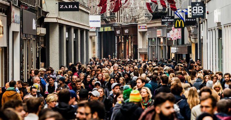 Bijkomend voordeel van nachtelijk winkelen: je voelt je niet langer een opeengepakt sardientje in de Kalverstraat. Beeld anp