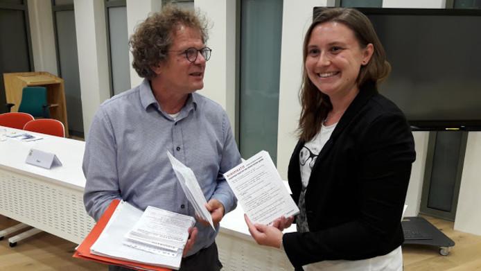 Jan Bart Wilschut, door de gemeente ingehuurd voor het proces van de democratische vernieuwing, neemt de gespreksverslagen van Lara Minnaard (Stadspartij) in ontvangst