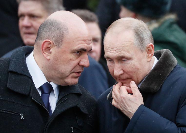 Premier Misjoestin en president Poetin in een onderonsje tijdens de kranslegging bij het Graf van de Onbekende Soldaat in februari van dit jaar. Beeld EPA