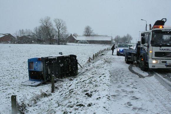 In Heestert belandde een bestuurster met haar bestelwagen in gracht.