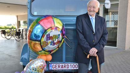 Gerard komt met zijn wagen met gepersonaliseerde nummerplaat naar eeuwfeest