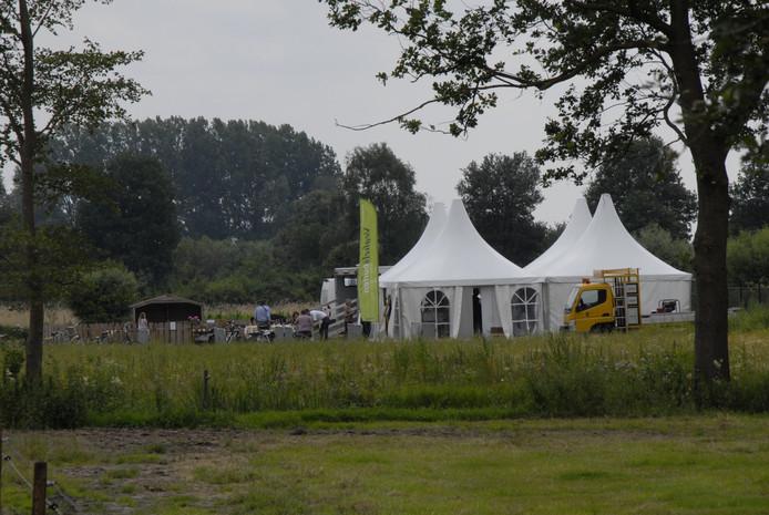 De kleine kinderweide en het tentenkamp waar het huizenaanbod van Veghels Buiten te kijk staat