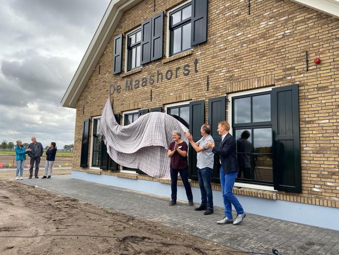 Judith en Cas van der Zande onthullen de naam, samen met burgemeester Marnix Bakermans(r).