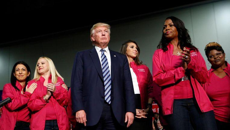 Trump hier omringd door de groep 'Vrouwen voor Trump'. Beeld Afp