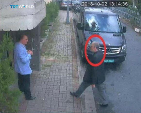 De kritische journalist Jamal Khashoggi wandelt het Saudische consulaat binnen in Istanbul op 2 oktober.