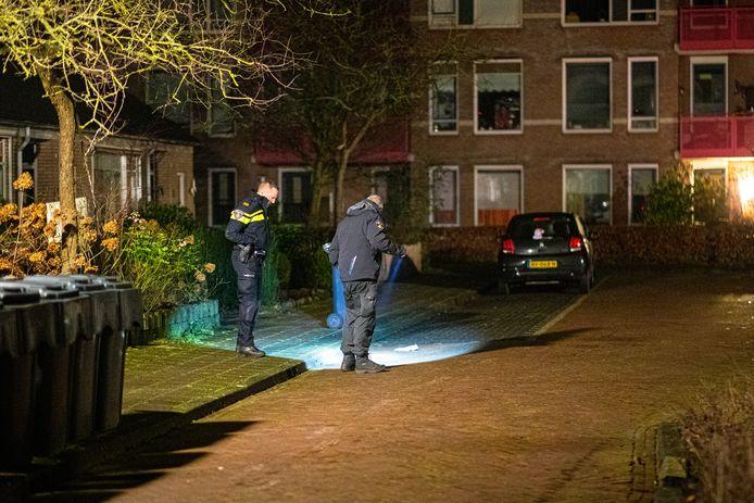 De politie onderzoek de plek waar het geweldincident heeft plaatsgevonden in Nunspeet.
