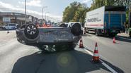 Auto over de kop na mislukt inhaalmanoeuvre