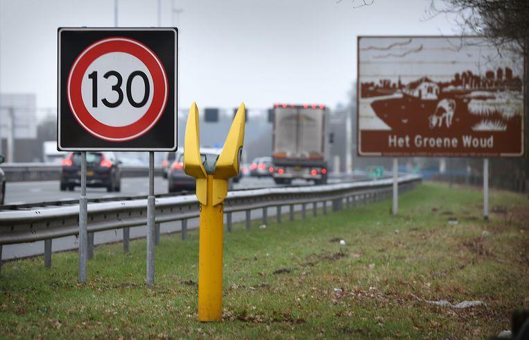 Nu mogen automobilisten op de A2 tussen zeven uur 's avonds en 's ochtends wel 130 kilometer per uur rijden.  Beeld Marcel van den Bergh
