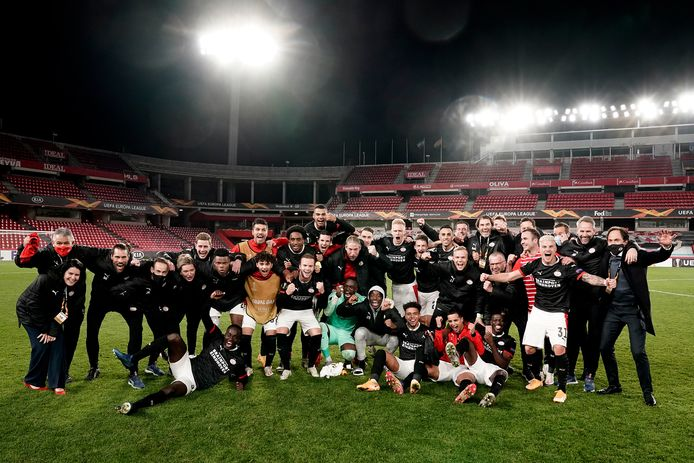 PSV viert de overwinning op Granada.