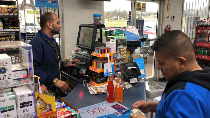 Jee Patel, de eigenaar van de KC Mart in Simpsonville, ontvangt 50 duizend dollar.