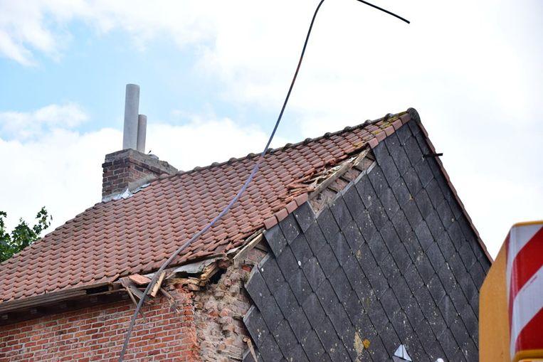 Ook de gevel van een woning raakte beschadigd door de val van de kraan.