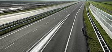 Spookrijdende fietser op vluchtstrook A17 bij Roosendaal duwt motoragent snelweg op