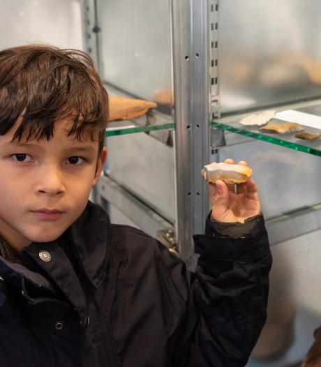 Dipesh (6) toont bijzondere vondst tijdens Nationale Archeologiedagen: 'Steen om te bewaren'