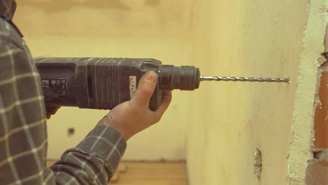 Buren gaan op de vuist na gat in gemeenschappelijke muur