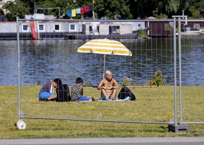 Er zijn hekken geplaatst om park Somerlust aan de Amstel.