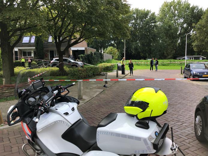De plek waar het steekincident heeft plaatsgevonden is door de politie met linten afgezet.