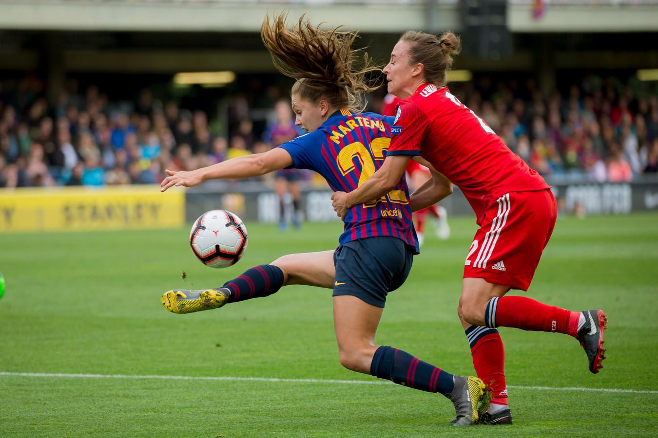 Gina Lewandowski vergrijpt zich aan Lieke Martens. Het gevolg is een strafschop.
