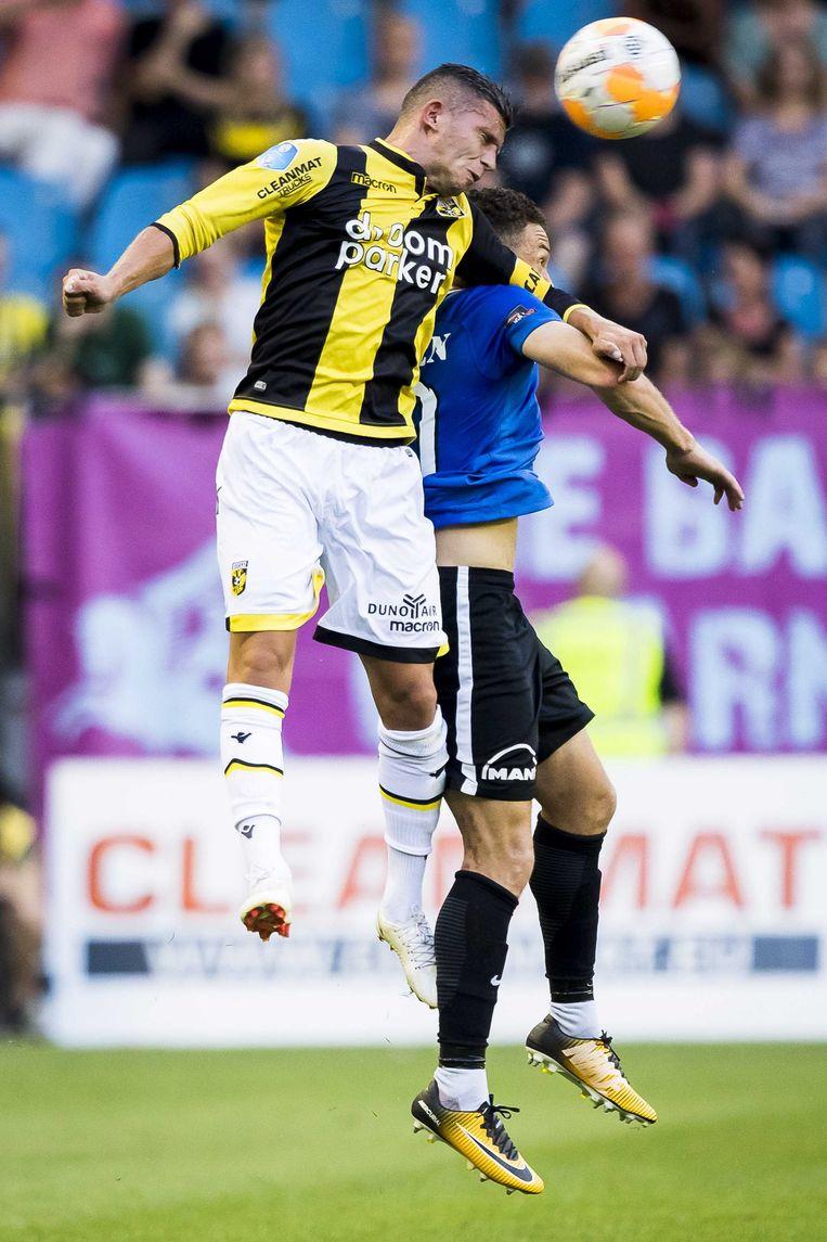 Vitesse spelerBryan Linssen (L) in duel met FC Viitorul speler Mailson Lima (R). Beeld ANP