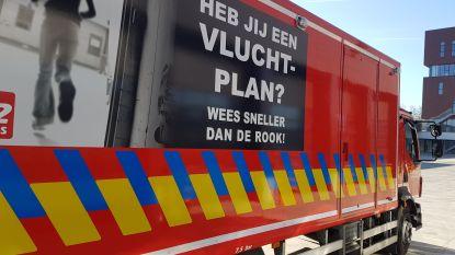 """Brandweerwagen uitgerust met preventietips: """"Zorg voor een rookdetector!"""""""