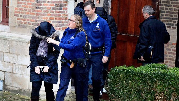 Verdachte Tessa wordt begeleid uit de rechtszaal