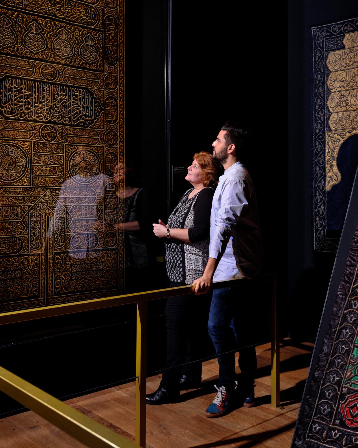 Haroon Ali en zijn moeder Marga bij de expositie in het Tropenmuseum.