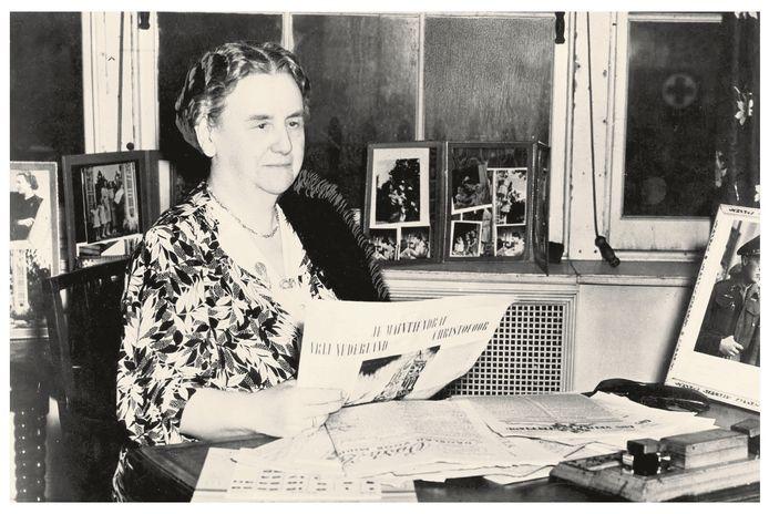 Koningin Wilhelmina leest in 1945 in Londen verzetskranten