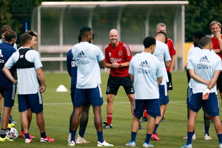 Erik ten Hag heeft wel weer tijd voor een grapje met de selectie van Ajax. Beeld EPA