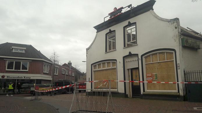De directe omgeving van cafe De Kloek aan de Leijsenhoek in Oosterhout is afgezet. Er is een risico dat de gevel omwaait vanwege de storm.