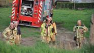 Brandweerwagens op weide zakken weg in slijk bluswater