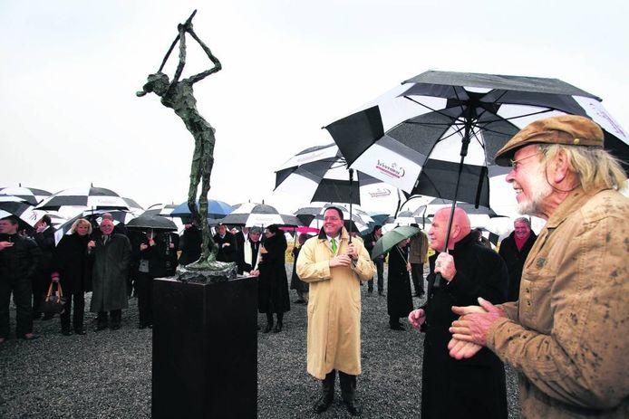 Burgemeester Roderick van de Mortel onthulde eind 2010 een beeld voor de start van de aanleg van de golfbaan.