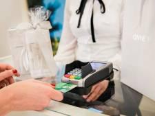 Tienduizenden euro's gestolen door omwisselen van pinautomaten: Hagenaar en Delftenaar van bed gelicht