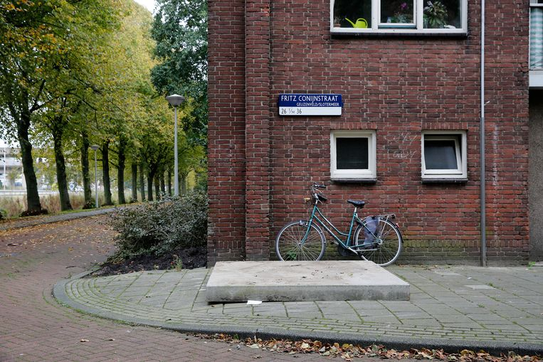 Een betonnen plaat dekt de ondergrondse vuilcontainer in de Amsterdamse Fritz Conijnstraat af waar het baby'tje werd gevonden. Beeld null