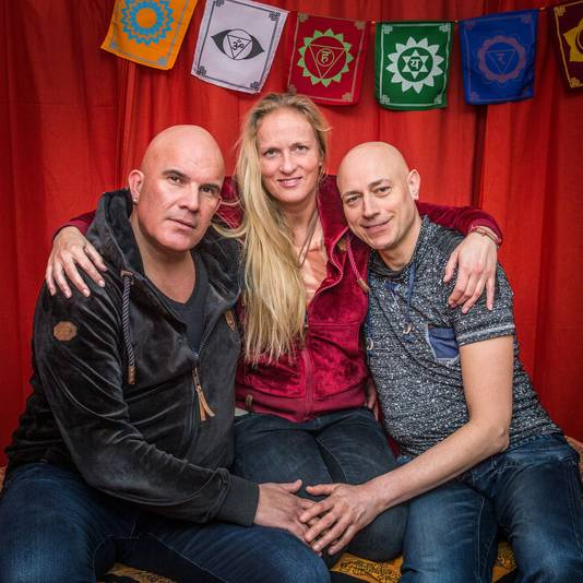 Helene Baayen die samen woont met twee mannen Jan en Jan. Jan Tromp (links) en Jan Keijzer.