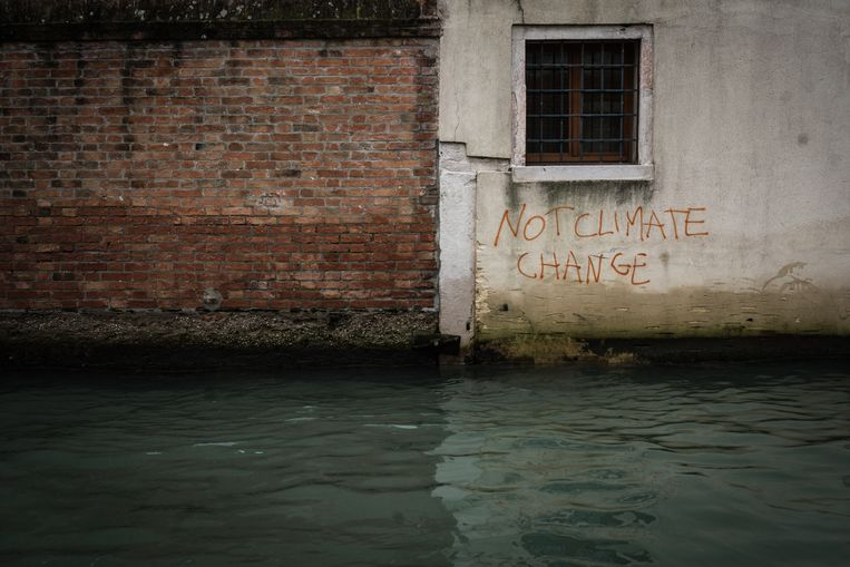 'Not climate change', staat op de muur geschreven in Venetië.  Beeld Zolin Nicola