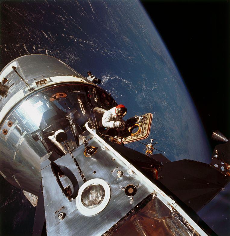 David Scott komt uit de Apollo 9 in maart 1969, foto door Russell Schweickart.  Beeld Getty
