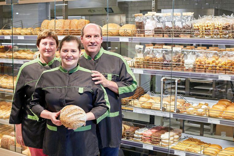 Annick en Peter, met dochter Anne-Sophie, in de vernieuwde bakkerijafdeling. Dat wordt het nieuwe paradepaardje van de winkel.