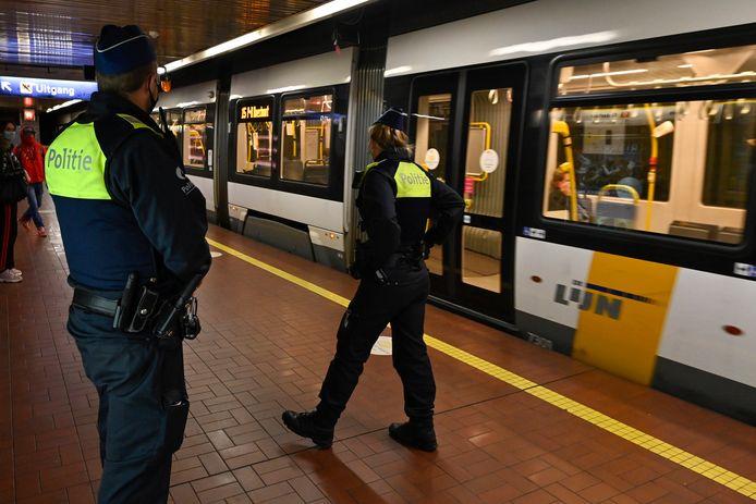 De politie controleert op het dragen van mondmaskers in Antwerpen.