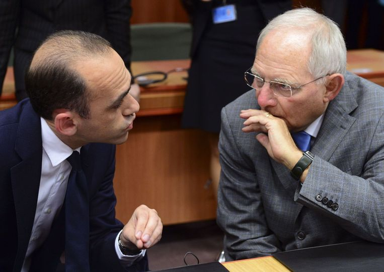 Links de minister van Financiën van Cyprus. Beeld AP