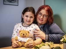 Amely (5!) loodst ambulance koelbloedig naar haar bewusteloze moeder